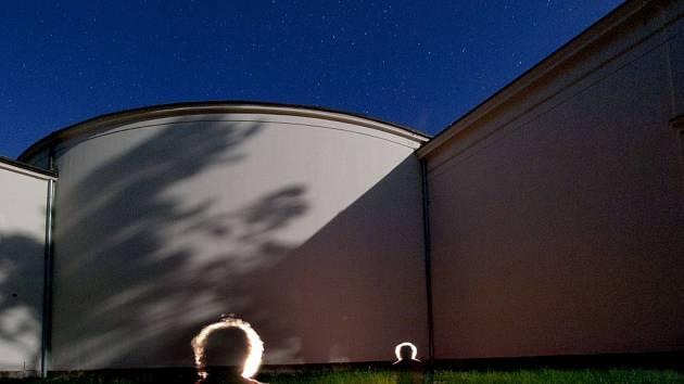 Dvanáct studentů se učilo na mezinárodním letním fotoworkshopu v Lednici mačkat spouště aparátů podle mistrů svého oboru. Kurzy fotografování totiž vedli zkušení fotografové Antonín Kratochvíl a Jan Pohribný.