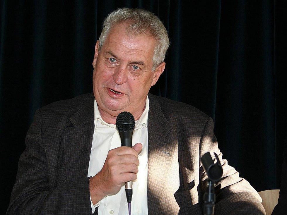 Miloš Zeman v pondělí besedoval s břeclavskými středoškoláky.