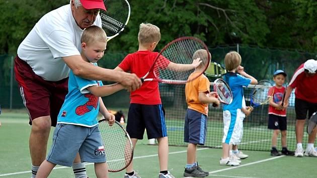 Nejmenším sportovcům pomáhali trenéři ponořit se do tajů tenisu.
