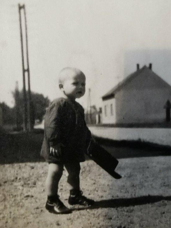 Terezie Hrdličková jako malá nedaleko hradla v Podivíně, kde přišli o život při železničním neštěstí její rodiče.