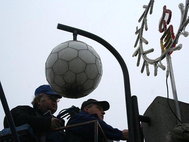 Zaměstnanci města Břeclavi instalují vánoční výzdobu.