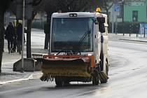 Lidé na Břeclavsku ráno čelili namrzlým chodníkům i silnicím.