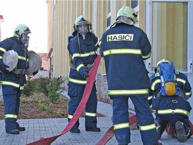Hasiči při nácviku využili i plynové masky. Hadice na vodu připojili celkem k sedmi hydrantům.