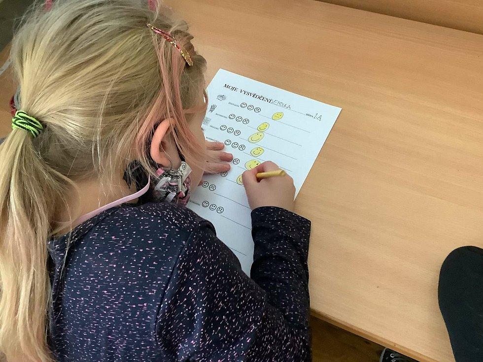 Prvňáci ze ZŠ Nádražní v Hustopečích vyplňují vlastní hodnocení.
