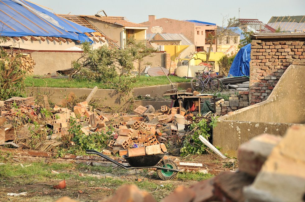Pátý den po katastrofě. V obcích  poškozených tornádem, začaly první demolice domů, zatím jen v režii majitelů nemovitostí. Řízené demolice 115 domů kraj zahájí příští týden.