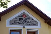Vedení města nechalo odborně opravit sochu svatého Floriána, fasádu Domova hasičů i štítový nápis.