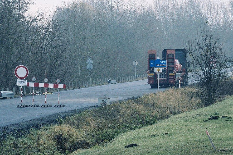 Nového povrchu se dočkala cesta vedoucí po hrázi k mostu přes novomlýnské nádrže u Pasohlávek na Brněnsku.
