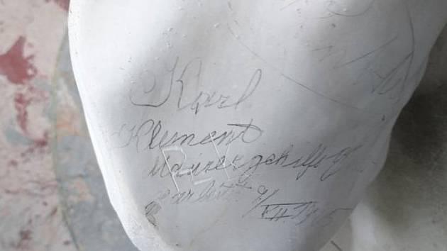 Při údržbě našli zaměstnanci zámku ve Valticích historické vzkazy na sochách v zámecké kapli.
