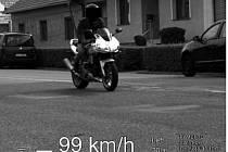 """Radaru břeclavských strážníků """"závodník"""" neunikl. Motorkář z Břeclavska uháněl v úterý městskou částí Charvátská Nová Ves téměř stokilometrovou rychlostí."""