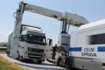 Celníci v Lanžhotě zastavovali během pátku desítky kamionů, autobusů i osobních aut.