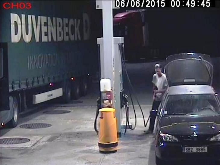 Policisté hledají muže, který tankuje, ale neplatí.