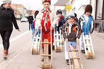 Děti z lanžhotské mateřské školy prošly na Zelený čtvrtek ulicemi města s hrkači a řechtačkami. Některé z nich byly v krojích.