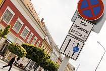 Dodatková cedule v ulici 17. listopadu  omezuje dobu, po kterou mohou dodavatelé u obchodů zastavit.