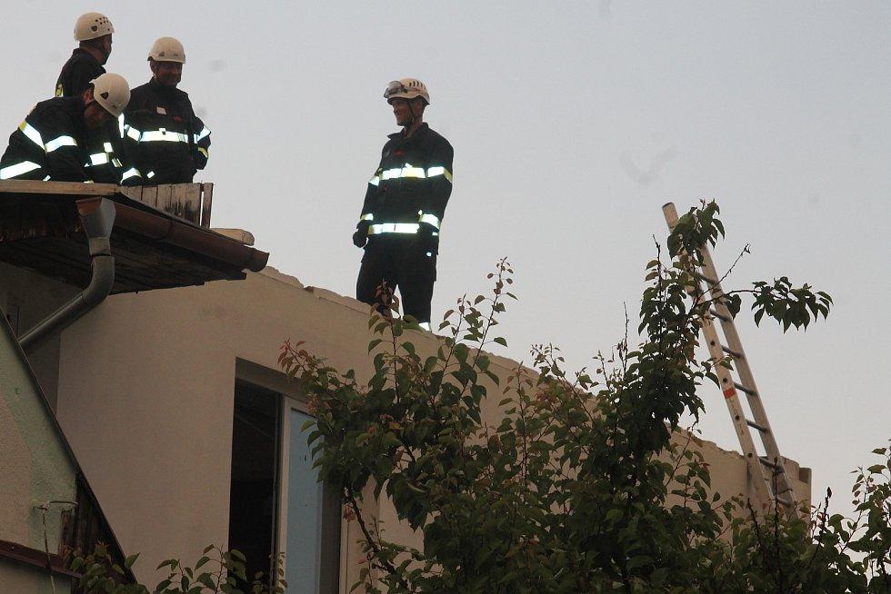 Silný vítr v neděli poškodil dvě desítky střech v Moravské Nové Vsi na Břeclavsku. Na místě zasahovaly desítky hasičů.
