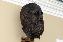 Busta a pamětní deska Hieronyma Lorma.