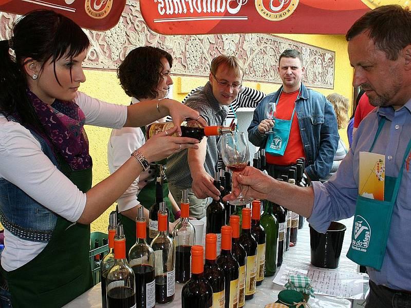 Tisíce milovníků vína nejen z různých koutů Čech a Moravy, ale i ze Slovenska a dalších zemí obsadily první dubnovou sobotu Velké Bílovice. Přilákalo je už tradiční putování Ze sklepa do sklepa, které se těší velké oblibě.