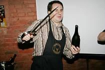 Riskuje i zranění. Šavlí seká hrdla vín