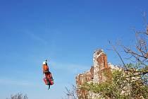Zraněného mladého muže museli na Pálavě letecky transportovat záchranáři ve spolupráci s hasiči.