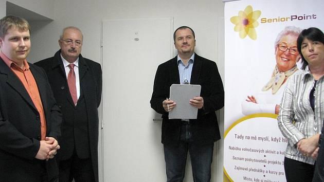 Nový Senior Point v Břeclavi otevřeli starosta města Oldřich Ryšavý (druhý zleva), ředitel oblastní charity Josef Gajdoš a břeclavský děkan Josef Ondráček.