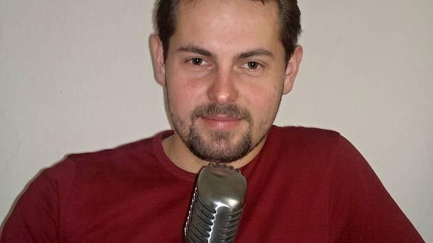 Sedmadvacetiletý muzikant a učitel hudby Lukáš Prajka z Lanžhota založil nahrávací studio. Až ve slovenském Holíči.