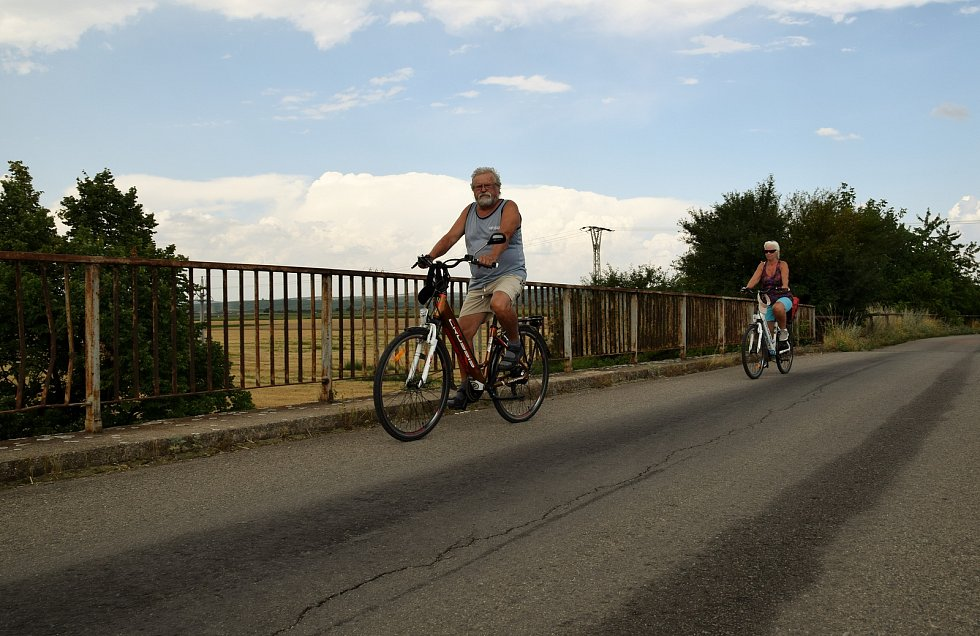 Mostek nad dálnicí D2 mezi Podivínem a Velkými Bílovicemi denně využívají stovky cyklistů i pěších. Státní silničáři kvůli jeho špatnému technickému stavu podali návrh k demolici.