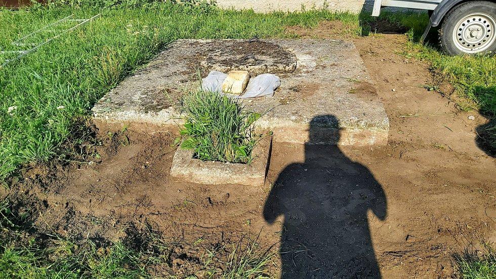 Nadšenci ve Strachotíně obnovili historické obecní studny.