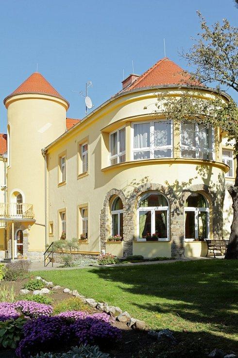 Budova dnes již bývalého hotelu s restaurací i vinným sklepem ve Valticích na Břeclavsku disponuje celkem 22 pokoji, z toho třemi apartmány.