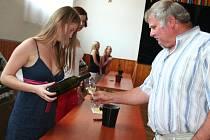 Přehlídka vín s názvem Neburské – tajemná odrůda moravských vinic zaplnila Hostěrádeckou sokolovnu.