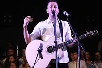 Zpěvák Petr Bende se na svém vánočním turné zastavil i ve Staré Břeclavi. Pár písní si s ním zazpíval i folklorní soubor Břeclavánek.
