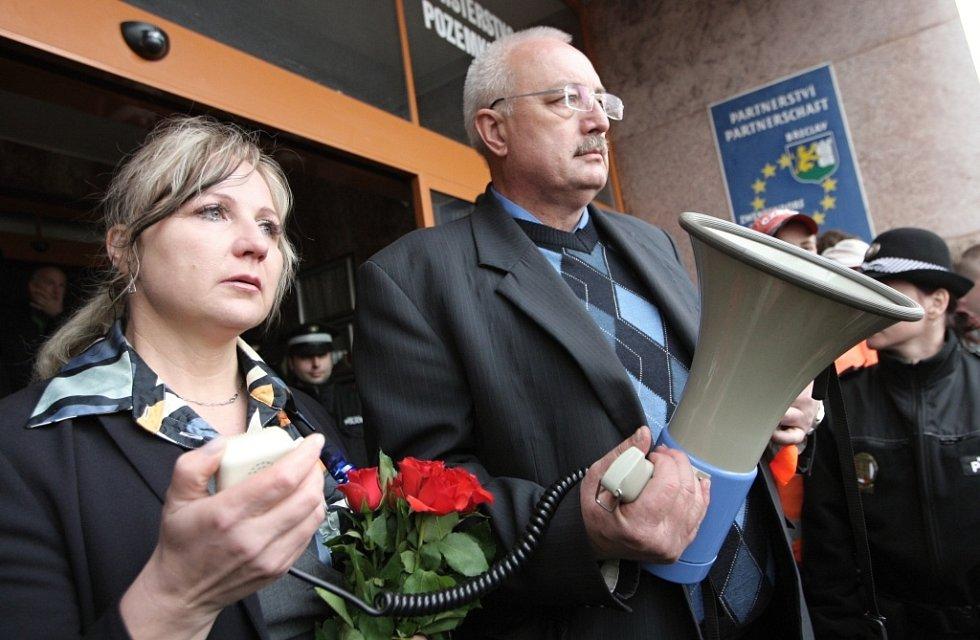 Matka zraněného chlapce Oksana Zhyvachivska a starosta Břeclavi Oldřich Ryšavý.