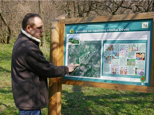 Jiří Matuška ukazuje, jak čidlo na sčítání turistů funguje.