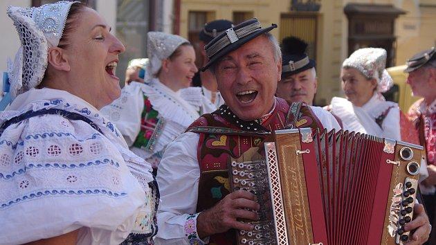 Krojovaní vyrazili do ulic, roztančili Mikulov. Písně bavily i turisty z Berlína