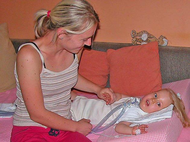 tříletá Sára Kališová s maminkou