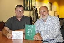 Milan Kocmánek (vlevo) a Leopold Králík. Autoři knih Jak přežít Vánoce a Zaručeně první lanžhotsko-český slovník.