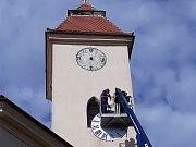 Starovický kostel ještě před koncem loňského roku dostal nové ciferníky.