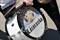 Bubeníkovi Lácaranky někdo ukradl pochodový buben. Lidé informaci nasdíleli na facebooku, zloděk se zalekl a buben zase vrátil majiteli.
