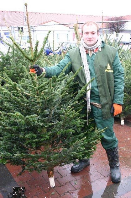 Pichlavé symboly Vánoc už plní prostranství před supermarkety. Anejen ta. VBřeclavi se nyní dají vánoční stromky koupit před Lidlem či Tescem. Abrzy přibudou idalší místa.