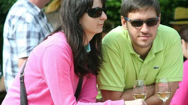 Více než tisíc návštěvníků dorazilo na sobotní valtické Slavnosti vína. V areálu Château Valtice je kromě ochutnávky vín a sektů čekal i bohatý doprovodný program.