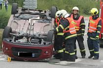 Dopravy v centru Lednice komplikovalo převrácené auto.
