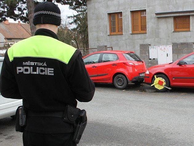 Redaktor Břeclavského deníku Rovnost strávil část dne s břeclavskými strážníky. Při službě rozdávali botičky i kontrolovali platnost parkovacích karet a lístků.