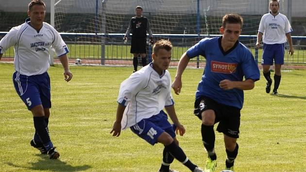 Ledničtí fotbalisté (v bílém) proti Velkým Pavlovicím. Ilustrační foto.