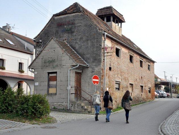 Stará sýpka v Hustopečích sloužila v minulých letech i jako noční hudební klub. Teď už roky chátrá. Vedení města tomu chce učinit přítrž.