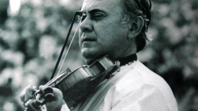Primáš Jožka Kobzík. Tak se jmenuje nová kniha, která skládá hold muzikantské legendě Podluží, spoluzakladateli a dlouholetému primáši cimbálové muziky Břeclavan.