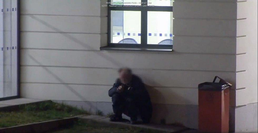 Muž si ulevil před břeclavským vlakovým nádražím.