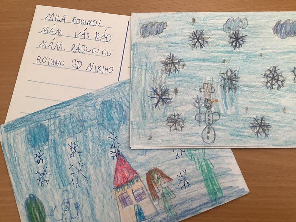 Prvňáci z hustopečské školy v Nádražní malovali pohlednice a posílali radost.