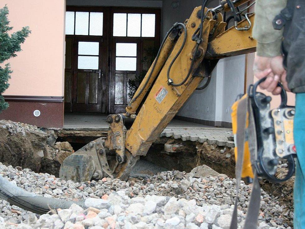 U vjezdu do rodinného domu ve Velkých Pavlovicích se propadla silnice. U domu se najednou objevila jáma velká zhruba čtyři krát čtyři metry.