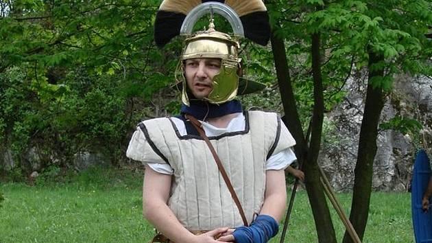 Antonín Preget alias Antonius ve svém římském brnění.
