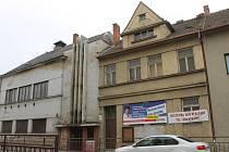 Břeclavskou ulici Národních hrdinů hyzdí dvě budovy, které v minulosti patřily někdejšímu Fondu dětí a mládeže. Dům vpravo, v němž v posledních letech působila Liga lesní moudrosti, má ale nyní nového vlastníka. A šanci na opravu.