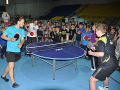 Stolní tenisté MSK břeclavským školákům na zimním stadionu předvedli, že tato hra nemusí být jen tvrdý dril, ale i zábava.