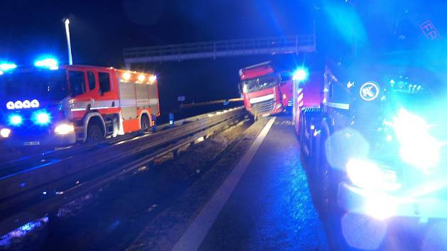 Noční hašení kamionu na dálnici D2 u Břeclavi.